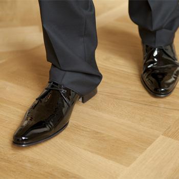 Footsteps on squeaky wood
