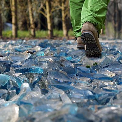 Footsteps on broken glass, run - 01