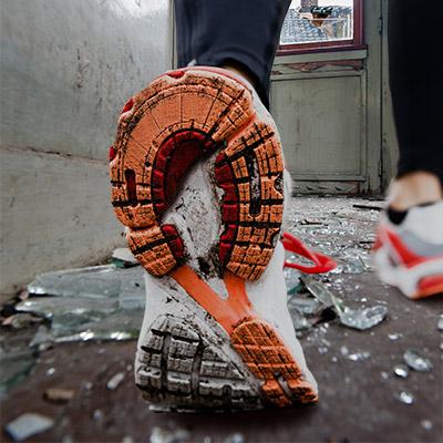 Footsteps on broken glass, run - 02