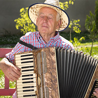 Street musician playing accordion and singing - 02